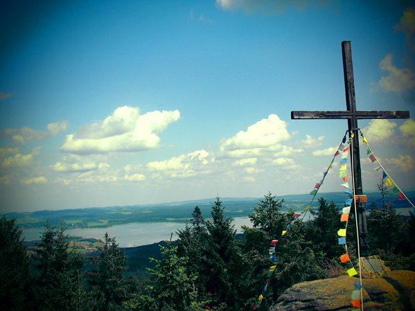 Der Gipfel des Bärenstein mit Blick auf den Moldaustausee