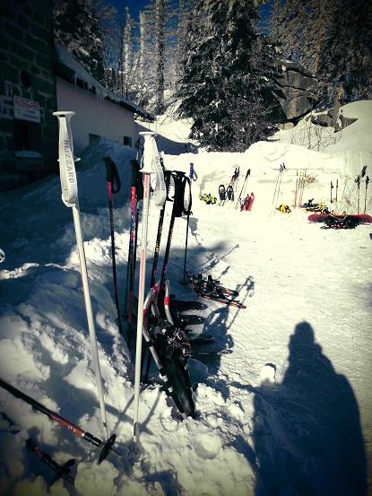 Schneeschuhwanderer und Ski-Fahrer am Dreisesselhaus, Bayerischer Wald