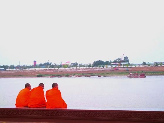 Mönche am Ufer des Tonle Sap, Phnom Phen, Cambodia