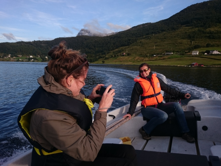 Mit dem Motorboot über den Stongfjord
