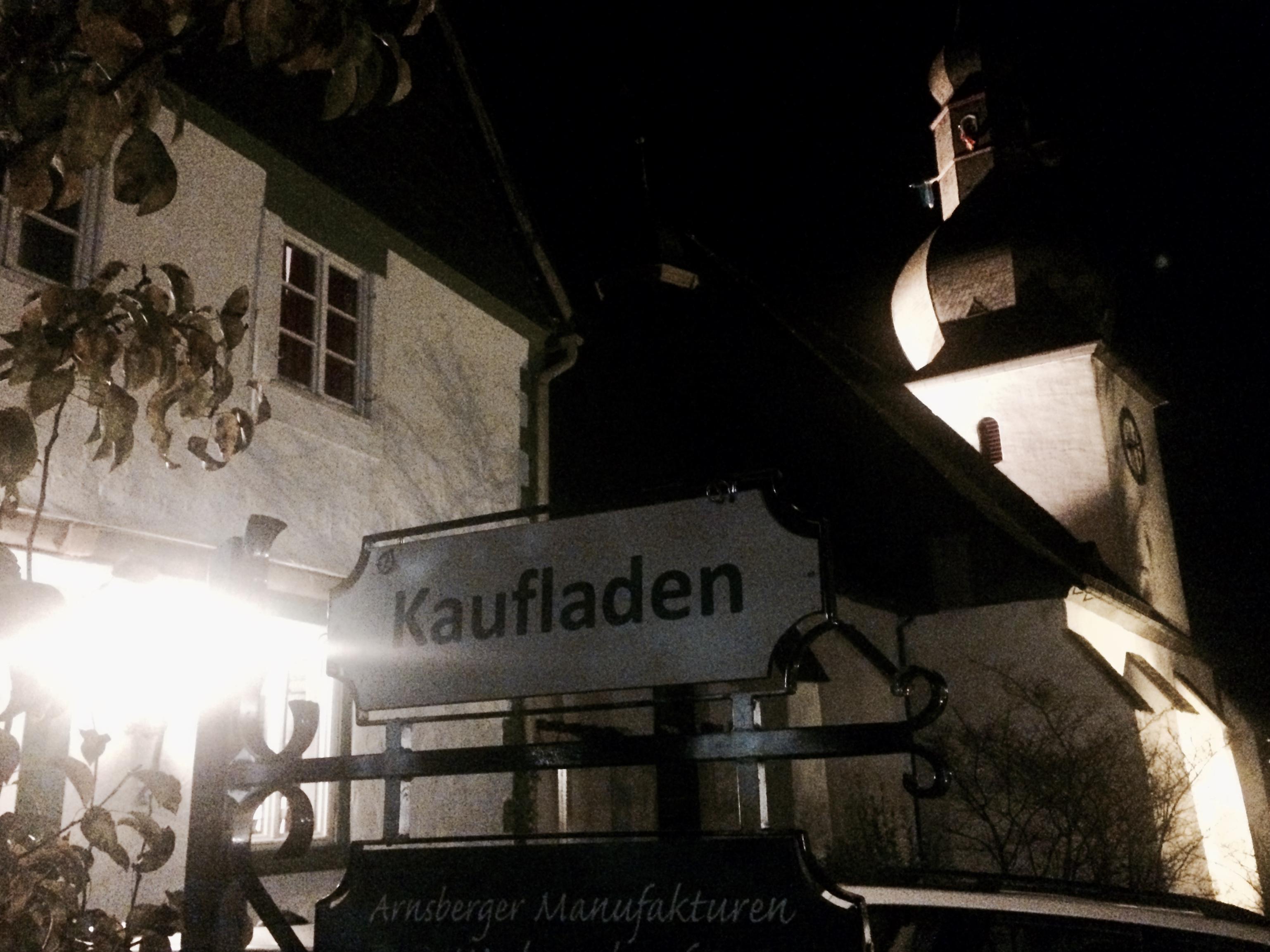 Ein Markenzeichen für die Altstadt in Arnsberg: Kaufläden und die alte Kirche.