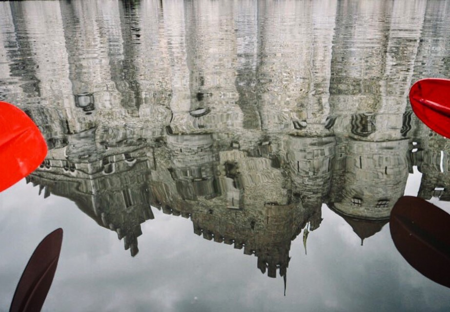 Spiegelung der Grafenburg: Mit dem Kajak durch die Grachten