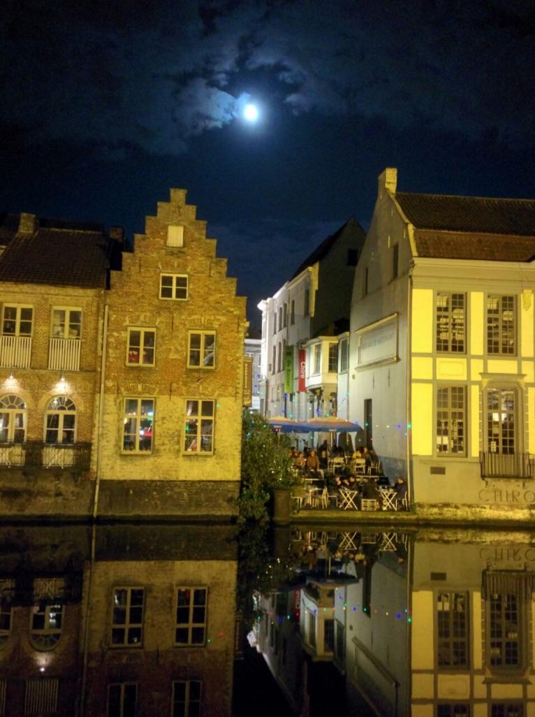 Mrs. Beanzz bei Vollmond in der idyllischen Grachtenstadt Gent