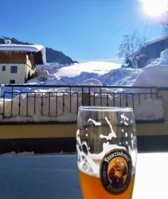 Pause bei der Skitour mit Weizen und Sonnenschein