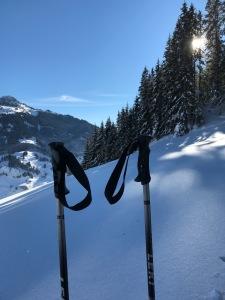 Skistöcke warten auf die Abfahrt